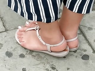 Candid feet – Indian girl with chubby toes